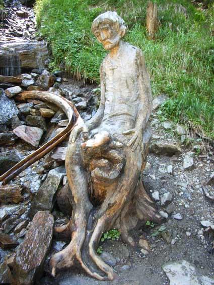 Cos si pu scolpire una radice intaglio e scultura di for Grandi capanne di tronchi
